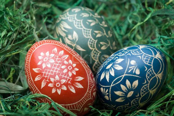 Paskalya yumurtası üç el yapımı yeşil saman seçici odak Stok fotoğraf © Pietus