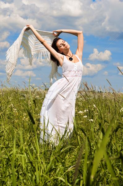 Vrouw witte hoofddoek portret mooie vrouw hemel Stockfoto © Pilgrimego