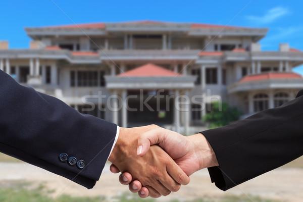 Empresario apretón de manos inmobiliario negocios edificio construcción Foto stock © pinkblue