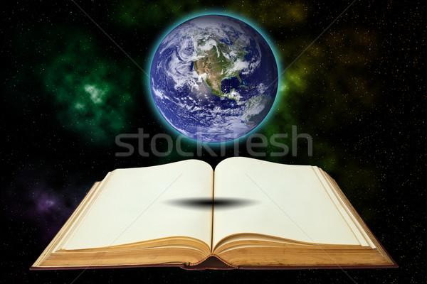 Foto stock: Velho · livro · terra · isolado · branco · escolas