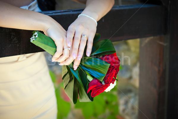 Foto stock: Novia · ramo · de · la · boda · rosas · rojas · mujer · mano