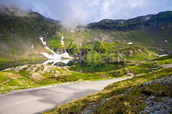 Idílico vista lago costa carretera montanas Foto stock © pixachi