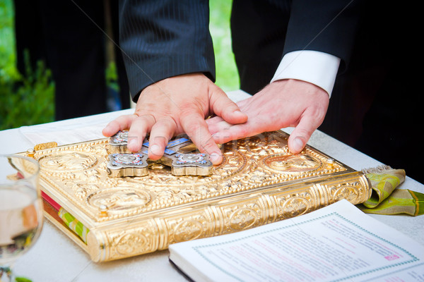 рук Библии Свадебная церемония книга пару таблице Сток-фото © pixachi