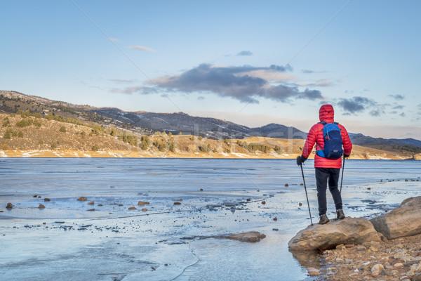 Uzun yürüyüşe çıkan kimse kıyı dondurulmuş dağ göl erkek Stok fotoğraf © PixelsAway