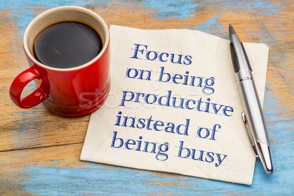 Enfoque productivo ocupado escritura servilleta taza Foto stock © PixelsAway