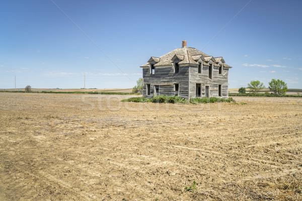 Elhagyatott ház vidéki tájkép régi ház mező Stock fotó © PixelsAway
