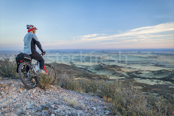 Mountain bike senior masculino mountain bike ver pradaria Foto stock © PixelsAway