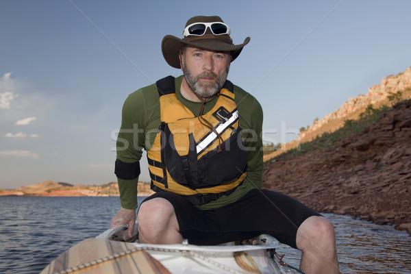 Embarque canoa maduro masculino montanha lago Foto stock © PixelsAway