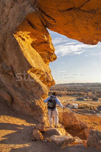 Foto d'archivio: Escursionista · colonna · vertebrale · maschio · guardando · serratura · open