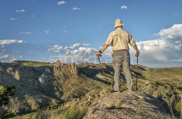 Randonneur trekking Homme montagne vallée nord Photo stock © PixelsAway