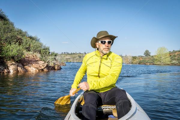 Senior mannelijke kano expeditie reservoir fort Stockfoto © PixelsAway