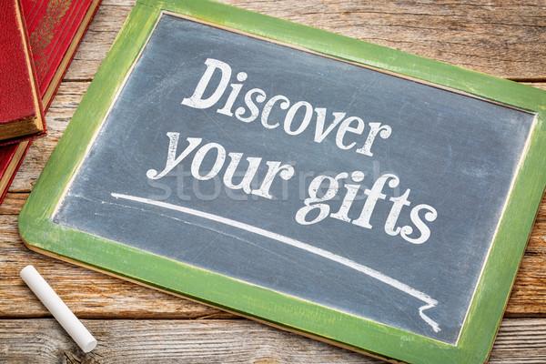 Ontdekken geschenken Blackboard witte krijt tekst Stockfoto © PixelsAway