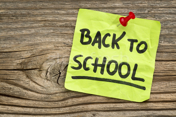 Okula geri hatırlatma el yazısı yeşil yapışkan not ahşap Stok fotoğraf © PixelsAway