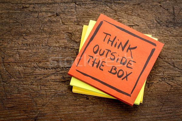 Pensar fora caixa lembrete nota pegajosa rústico Foto stock © PixelsAway