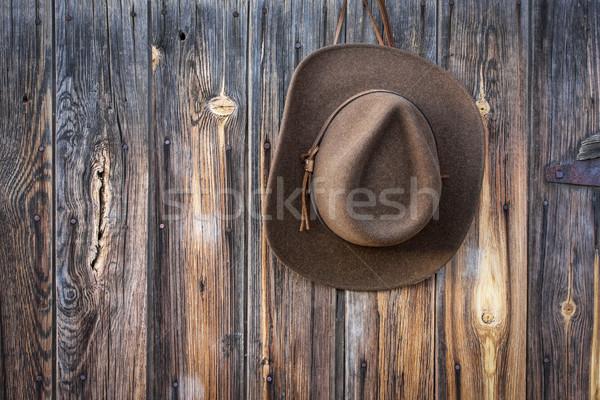 Cowboy hat wiszący stodoła ściany brązowy wełny Zdjęcia stock © PixelsAway