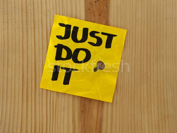 Motivazionale promemoria manoscritto giallo nota adesiva legno Foto d'archivio © PixelsAway