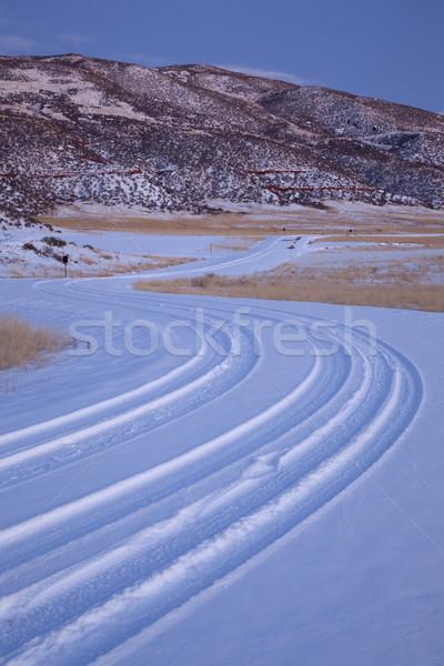 Ventoso estrada rural coberto neve montanha vale Foto stock © PixelsAway