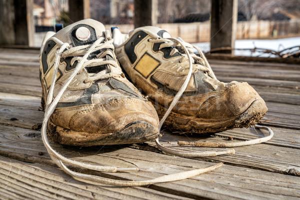 Oude modderig loopschoenen paar houten dek Stockfoto © PixelsAway