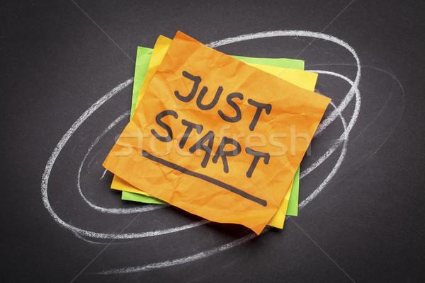 Başlatmak hatırlatma el yazısı yapışkan not siyah Stok fotoğraf © PixelsAway