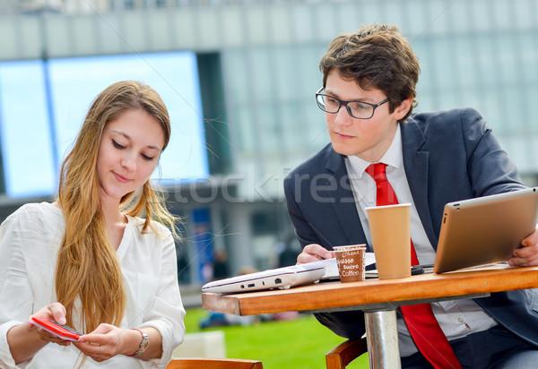 Fiatal igazgató üzleti csapat kint asztal tervez Stock fotó © pixinoo