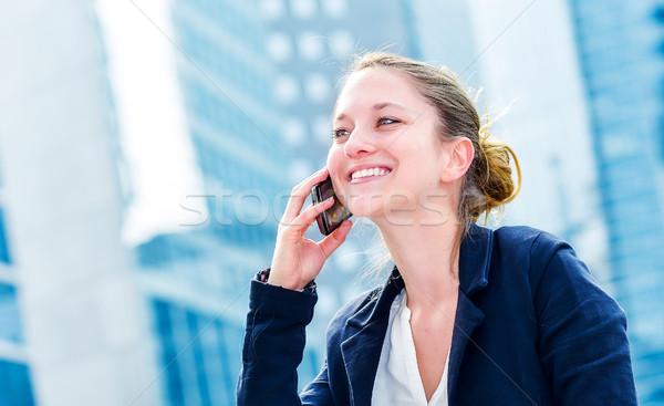 Dynamisch jonge uitvoerende werken buiten roepen Stockfoto © pixinoo