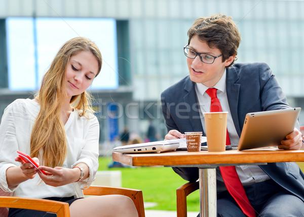 Jeunes exécutif équipe commerciale extérieur table planification Photo stock © pixinoo