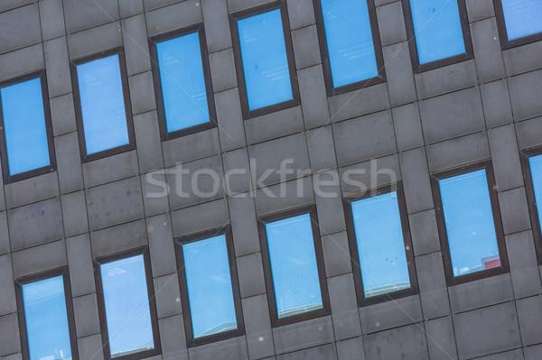 Sötétszürke magas épület tükröződő üveg ablakok Stock fotó © pixinoo