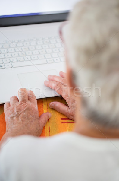 Kor kezek laptop közelkép pár öreg Stock fotó © pixinoo