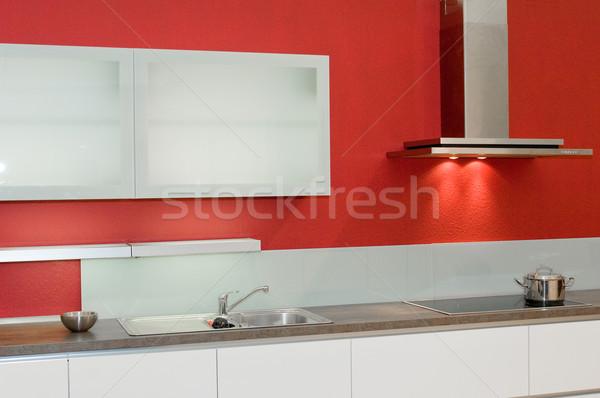 modernes cuisine rouge mur blanche cuisson photo stock harald richter pixpack. Black Bedroom Furniture Sets. Home Design Ideas