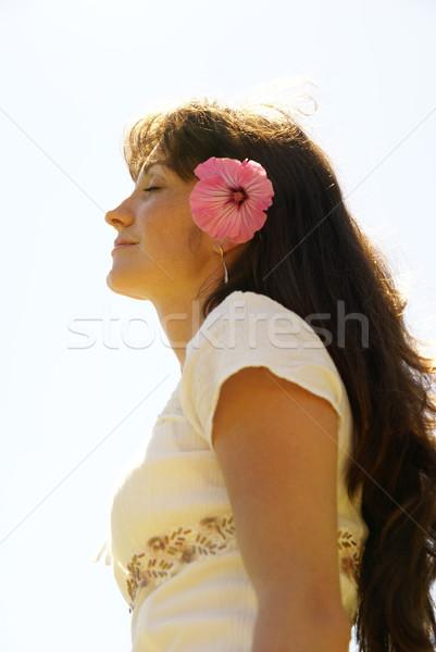 Ontspannen mooi meisje bloem gezicht vrouwen mode Stockfoto © Pozn