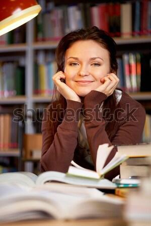 Dziewczyna biblioteki portret mądry student patrząc Zdjęcia stock © pressmaster