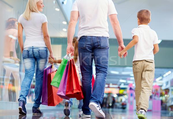 Rodziny zakupy widok z tyłu spaceru centrum kobieta Zdjęcia stock © pressmaster