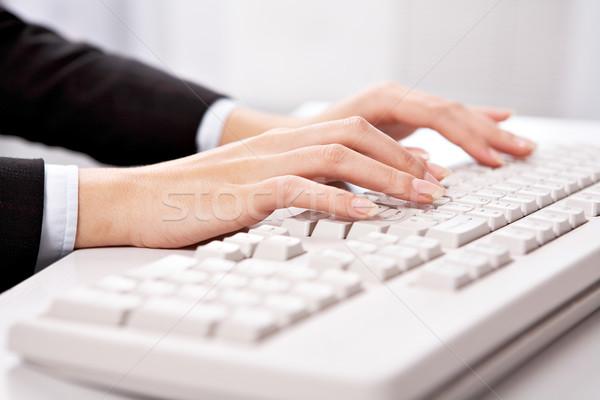 Escribiendo trabajo primer plano femenino mano tocar Foto stock © pressmaster