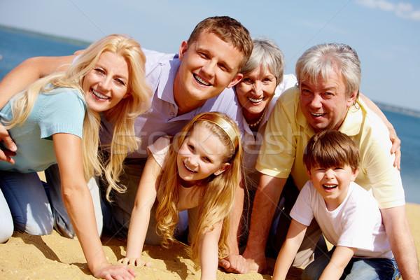献身的な 家族の肖像画 ビッグ 幸せな家族 見える カメラ ストックフォト © pressmaster