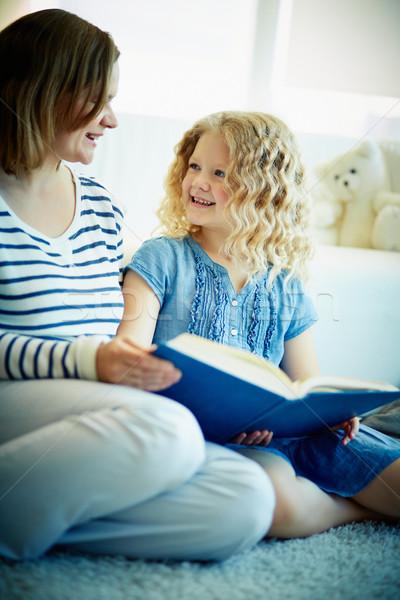 Interessant verhaal portret cute meisje luisteren Stockfoto © pressmaster