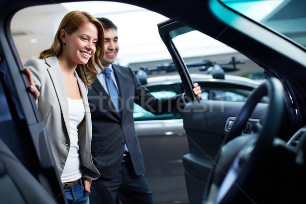 Potenciál vásárló kereskedő mutat új autó modell Stock fotó © pressmaster
