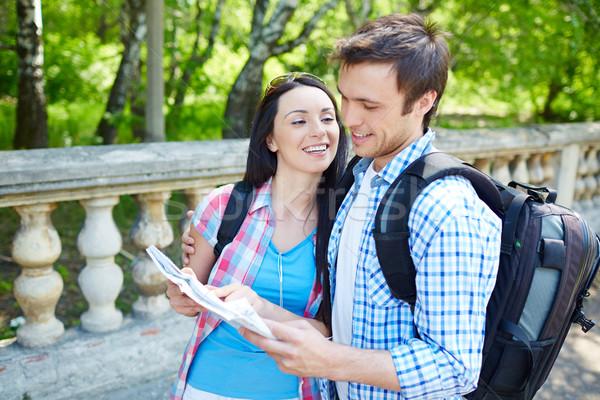 Aventureiro datas afetuoso casal estudar mapa Foto stock © pressmaster