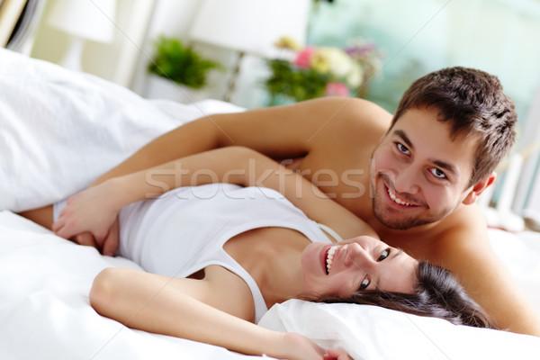 楽しい カップル 幸せ ベッド 見える ストックフォト © pressmaster