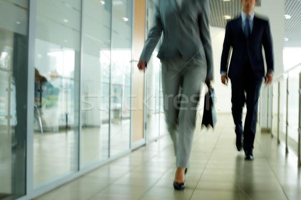 Lopen beneden gang binnenkant kantoorgebouw Stockfoto © pressmaster