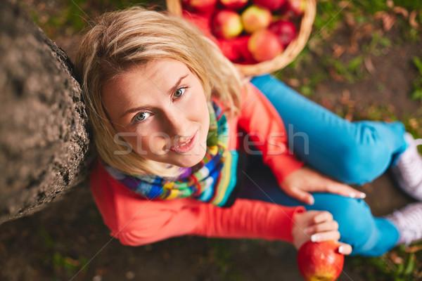 少女 木の幹 かなり リンゴ 座って 見える ストックフォト © pressmaster