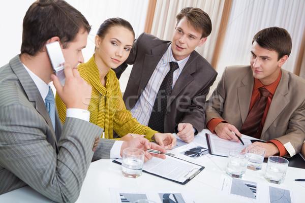 Сток-фото: связи · Бизнес-партнеры · смотрят · лидера · призыв · сотовый · телефон