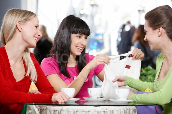 Foto stock: Café · três · mulheres · jovens · sessão · discutir