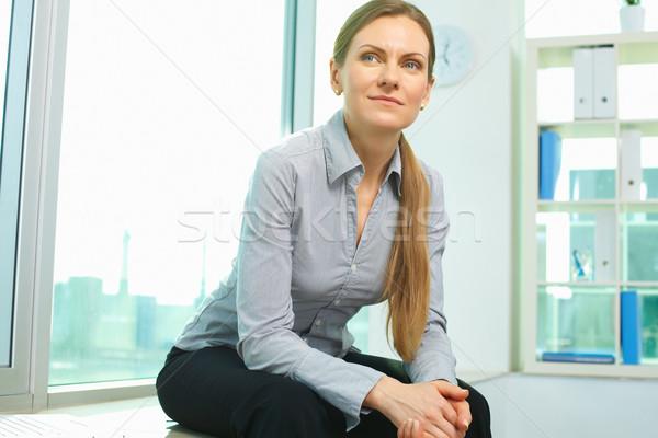 Fehérgalléros munkás mosolyog üzletasszony ül iroda Stock fotó © pressmaster