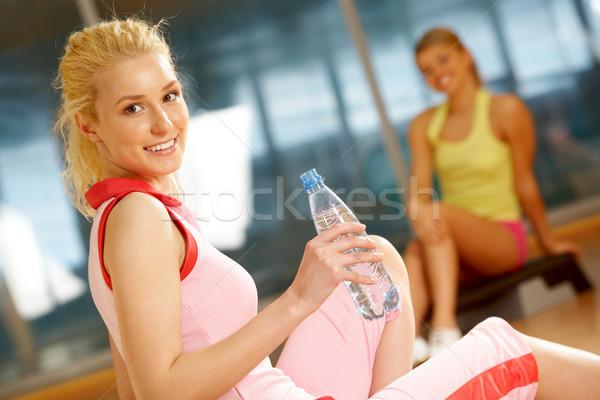 интервал счастливая девушка сидят бутылку воды друга Сток-фото © pressmaster