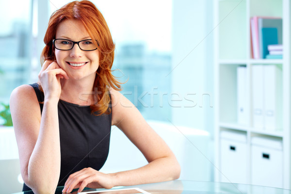 Stock fotó: Elegáns · hölgy · portré · mosolyog · kicsi · fekete · ruha