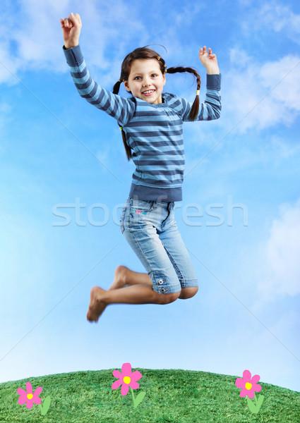 Immagine ragazza felice jumping erba cielo bambini Foto d'archivio © pressmaster