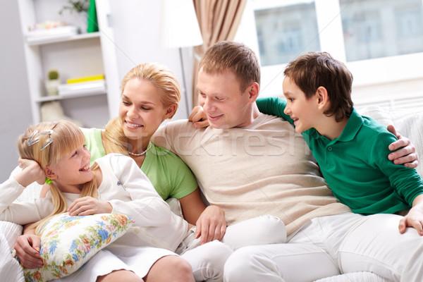 Szczęśliwą rodzinę młodych rodziny cztery posiedzenia sofa Zdjęcia stock © pressmaster