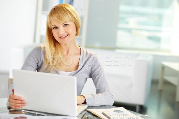 Cuki üzlet portré hölgy dolgozik laptop Stock fotó © pressmaster