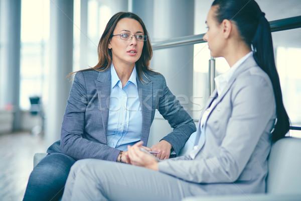 Business sprechen Bild zwei Geschäftsfrauen Sitzung Stock foto © pressmaster