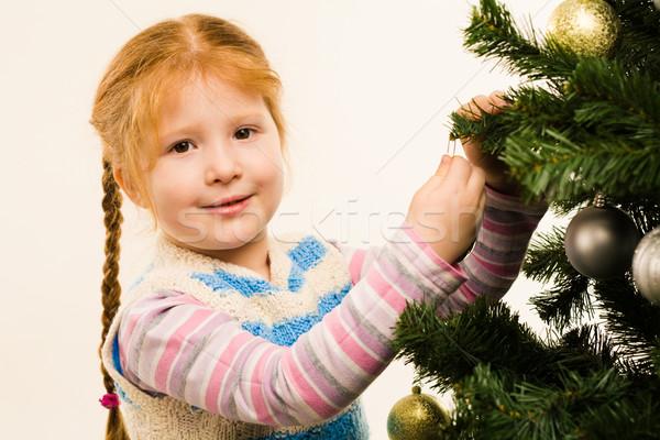 Kellemes fotó kislány fenyőfa néz kamera Stock fotó © pressmaster